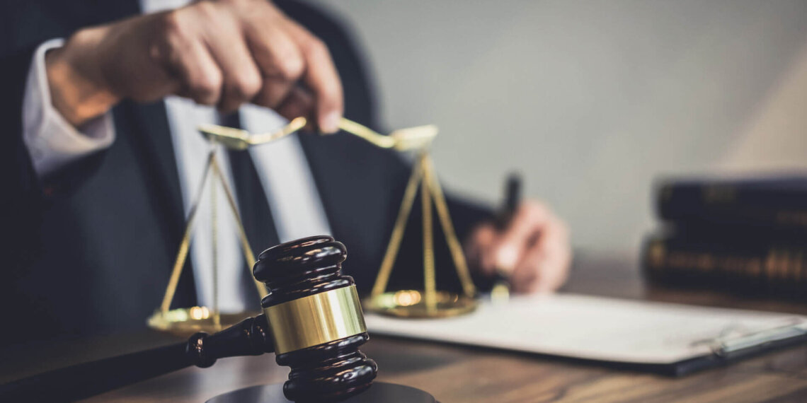 What does a business litigation lawyer do?